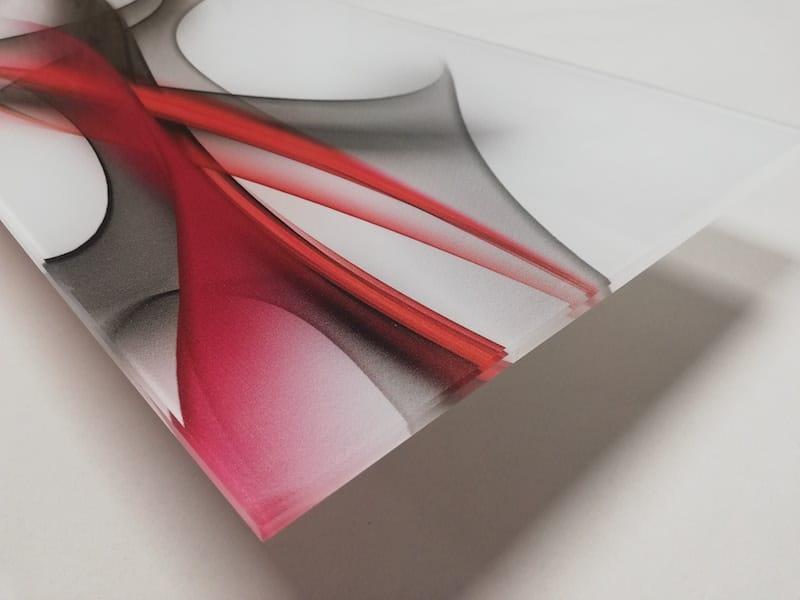 Une crédence cuisine en verre trempé avec un motif en volutes de fumée